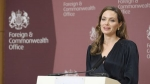 Angelina Jolie don billetn para refugiados sirios