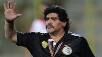 Hinchas de Boca chotean a Maradona como DT