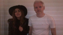 Lady Gaga visit a Julian Assange