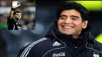 Diego Armando Maradona le baja el dedo a Iker Casillas