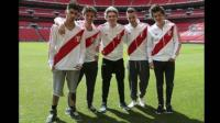 One Direction posa con la camiseta peruana