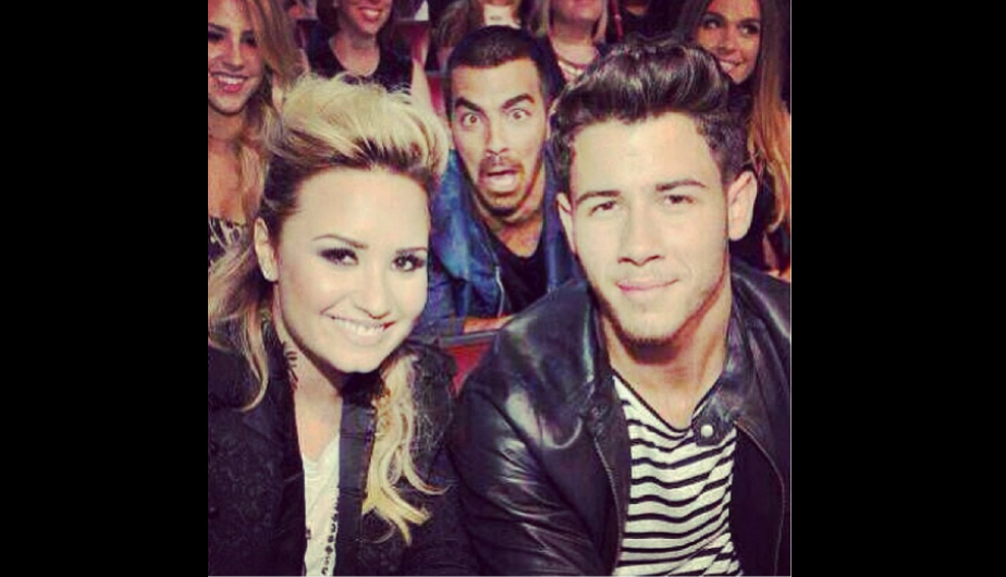 hollywood, famosos, nick jonas, joe jonas, demi lovato, fotobomba
