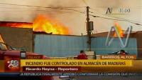 Incendio consume fábrica de muebles en Barrios Altos
